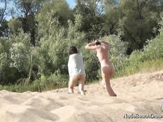 Молодые русские свингеры страстно трахались на пляже на берегу реки