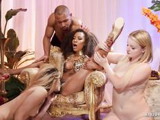 Грудастая темнокожая королева трахается с белыми девушками и мулатом