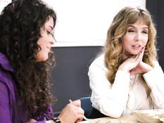 Сисястая лесбиянка на столе занимается любовью с кудрявой девчонкой