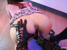 Строгая молодая госпожа заставляет рабыню заняться лесбийским сексом