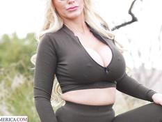 Сисястая зрелая русская блондинка с пышным телом трахается с молодым