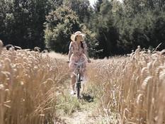 Парень трахает молодую сисястую шатенку в летнем лесу на берегу пруда
