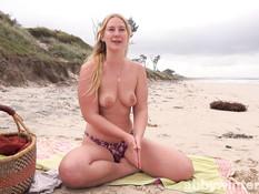 Молодая блондинка мастурбирует свою письку на песчаном морском пляже