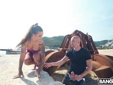 Лысый мужик отымел на морском пляже молодую грудастую шатенку с тату