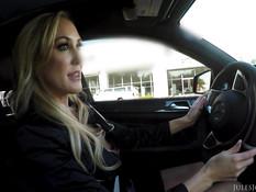 Пышногрудая зрелая блондинка сосёт хуй в машине и ведёт парня домой