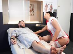 Транссексуальная медсестра с большими сиськами трахается с пациентом