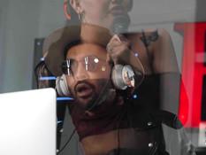 Мулат отымел в студии звукозаписи татуированного сиськастого транса