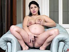 Беременная русская брюнетка с большой грудью теребит волосатую киску