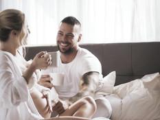 Светловолосая беременная жена с большими сисями трахается с муженьком