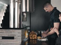 Заботливый мужчина трахает заглянувшую на кухню стройную русскую жену