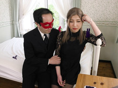 Мужчина в маске трахает красивую молодую японскую блондинку в письку