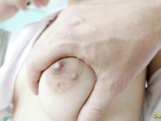 Мужик отъебал на кровати в бритую письку тайскую девицу с хвостиками