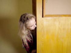 Две молодые русские лесбиянки по очереди лижут чисто побритые письки