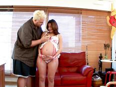 Сиськастая беременная шатенка отсасывает член и даёт в бритую киску
