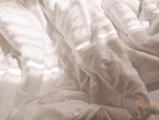 Разбудил молодую сисястую шатенку и отымел в бритую киску на кровати