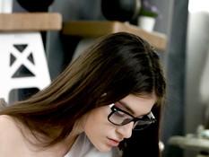 Очкастую русскую студентку с каштановыми волосами отодрали в письку