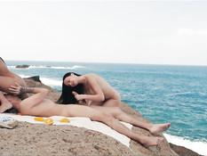 Две горячие молодые латинские брюнеточки трахаются с парнем на пляже