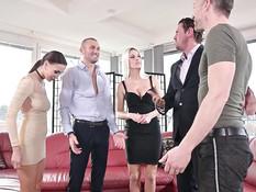Три развратные молодые девки занимаются свинг сексом с двумя мужиками
