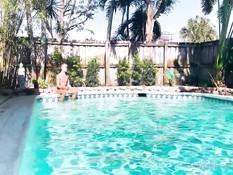 Двое спортивных молодых геев отымели худенького парня возле бассейна