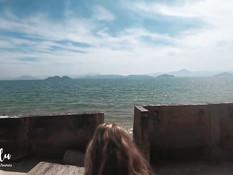 Стройная молодая блондинка ебётся с парнем на песчаном морском пляже