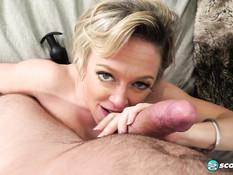 Разгорячённая зрелая блондинка с большими дойками отпердолена в анус