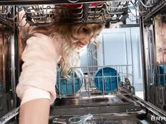 Мужчина отодрал на кухне в киску и анус пышногрудую зрелую блондинку