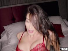 Сексуальная сисястая девка с каштановыми волосами отпердолена в попу