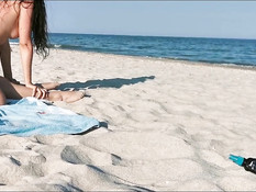 Двух молодых подруг любительниц свинг секса отымели на морском пляже