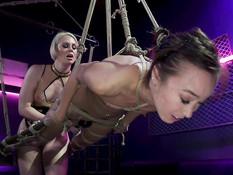 Зрелая госпожа блондинка отодрала страпоном в анус азиатскую рабыню