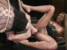 Чернокожая девка отпердолила зрелую шатенку страпоном в киску и анус