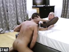 Зрелые немецкие блондинка и брюнетка занялись свинг сексом с мужьями