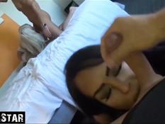 Свинг групповуха блондинки и брюнетки на кровати с двумя бойфрендами
