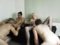 Свинг пати двух мужиков с девкой с фиолетовыми волосами и блондинкой