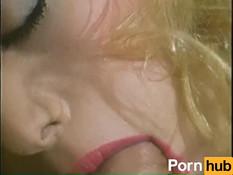 Сиськастая кудрявая блондинка трахается с мужчиной в волосатую киску