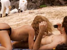 После глубокого минета молодая блондинка ебётся с приятелем на пляже